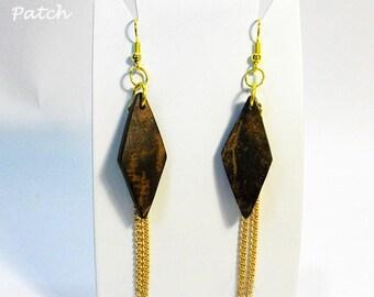 Earrings coconut wood natural rhombus shape metal mesh golden chains. Orecchini legno di cocco forma di rombo con catenine metalliche dorate