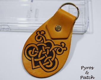 "Leather keyring 3,5""H , with hand pyrography with celtic design - Portachiavi in pelle 9cm H, con pirografia a mano con disegno celtico"
