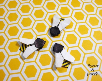 Set of 12 bees paper origami for decorate greetings cards or invitations to parties Set di 12 api in origami per decorare biglietti o inviti