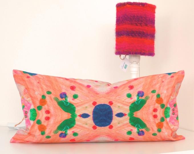 """Kleurrijke biologische kussenhoes 25 x 50 cm """"Verfspetters blauwe stip met groene vleugels"""" - Atelier Meesters"""