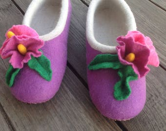 Felted slippers decorated by flowers