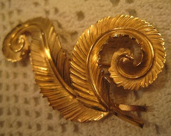 b0ef3186382 GIOVANNI FEATHER BROOCH Textured Swirl Feather Brooch Signed Giovanni Looks  Like Real 14K Yellow Gold Vintage 1980's