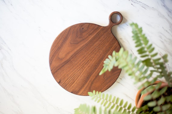 large round wood walnut cutting board with handle round etsy. Black Bedroom Furniture Sets. Home Design Ideas