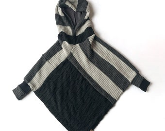 3 to 7 years old, Poncho for children, Cape, Acrylic knitwear, Shades of gray and black, Recovered textiles.
