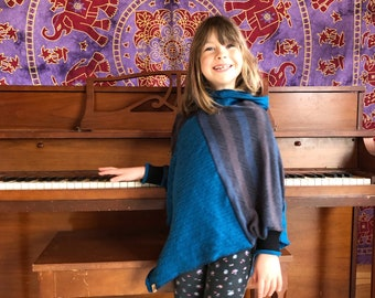 3 to 7 years old, Poncho for children, Cape, Acrylic knitwear, Shades of blue and gray. Textiles recovered.