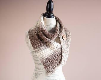 Taupe châle asymétrique de l Ombre, l écharpe triangle neutre, châle ombre  avec bouton en bois, écharpe en laine au crochet, boutonnée foulard, ... 3fa198f7429
