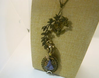 """Opal necklace, his owl, his pegasus and his brass monkey """"the perched guéteur"""""""