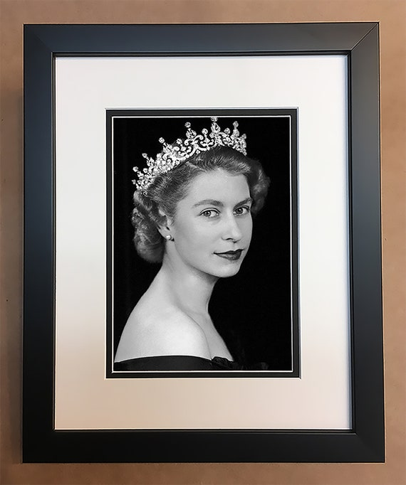 QUEEN ELIZABETH SIGNED 10X8 PHOTO LOOKS AWESOME FRAMED CLASSIC B/&W IMAGE