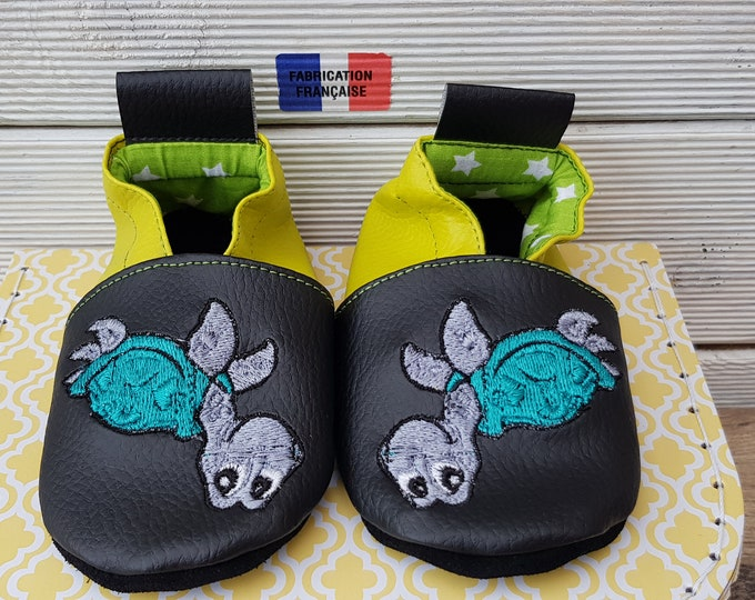 Soft slippers baby slippers, child slippers, to customize, black leather and anise green turtle, facing the child,