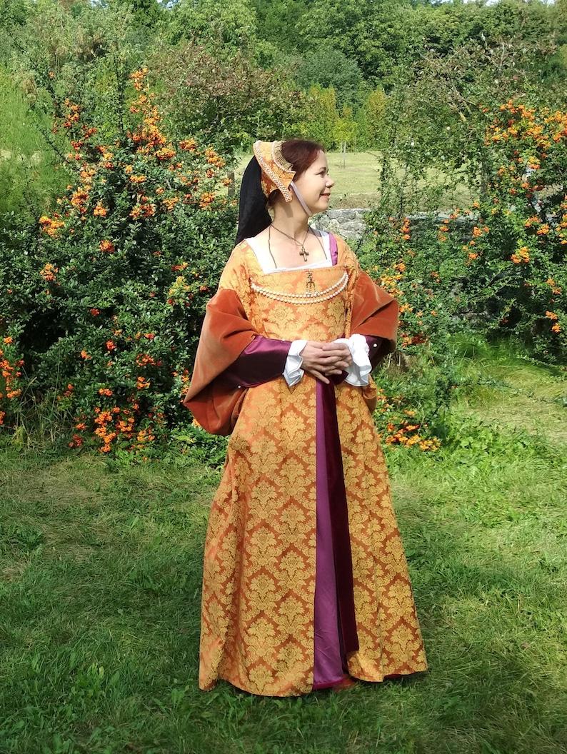 Anne Boleyn costume (chemise, kirtle, gown, french hood, sash) - Pre-owned  costume