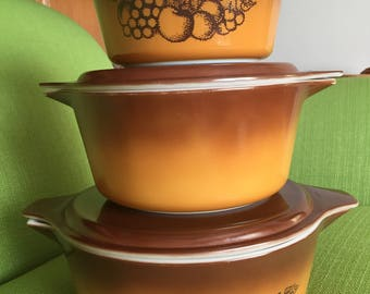 Vintage 70s Brown Old Orchard Pyrex Set Of 3 Casserole Dishes With Lids In Great Condition