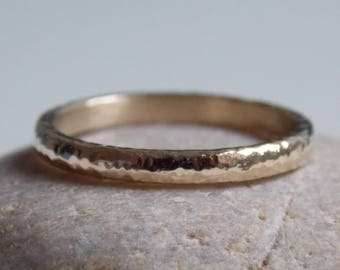 Thin wedding band in gold with a hammered effect. Alliance n.1 mixed pattern.