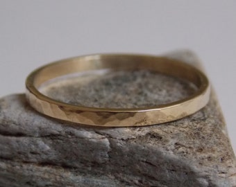 Very fine wedding ring made of yellow gold with a hammered effect.