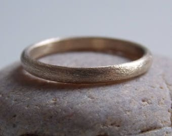 Thin gold ring with a brushed effect. Alliance n.1 mixed pattern.
