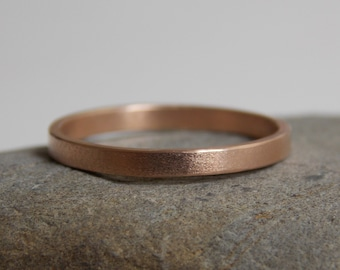 Fine ring in 18 k rose gold with a brushed effect.