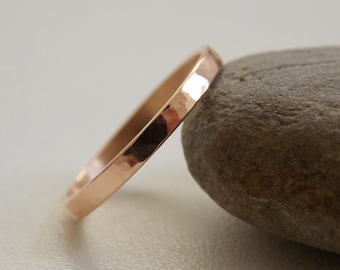 Fine ring in 18 k rose gold with a shiny embossed effect.