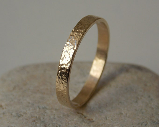 Ribbon ring (2.5 mm) in 9-Carat yellow gold with a bumpy effect.