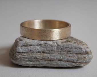 Wedding ring in 9 k Yellow gold brushed effect.