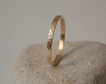 Thin gold ring with an embossed effect 9 k Yellow