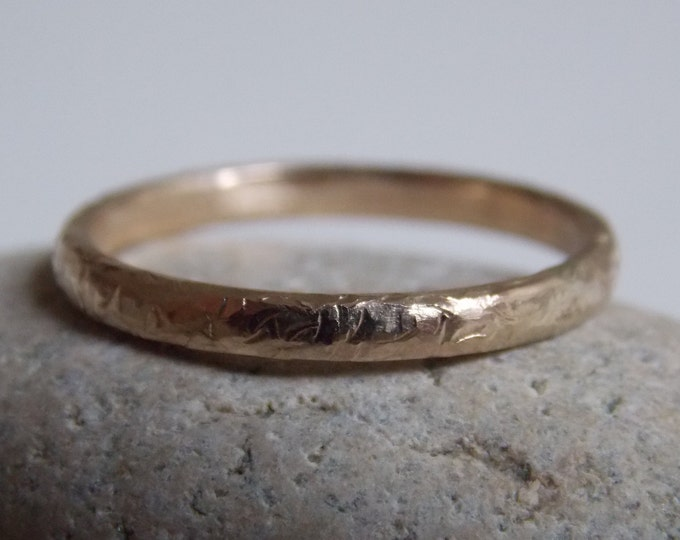 N. 1 yellow gold ring with a crumpled hammered effect