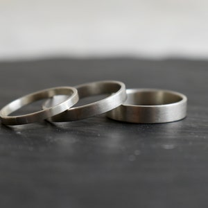 4mm Ribbon ring in silver with a small bumpy material effect