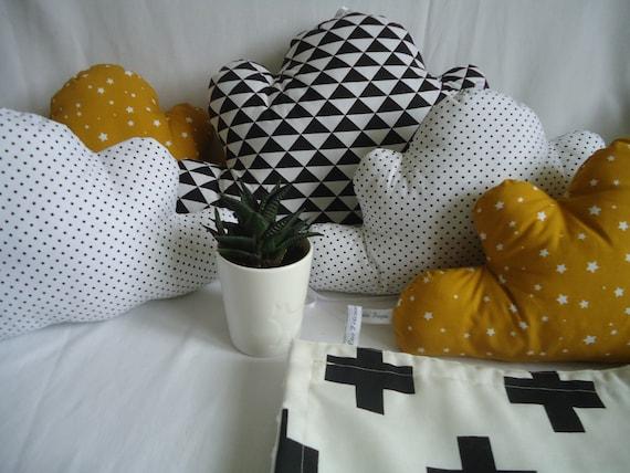 Tour de lit nuages bébé, noir, blanc, moutarde, 5 coussins nuages  graphiques, décoration chambre bébé, fille ou garçon, cadeau naissance