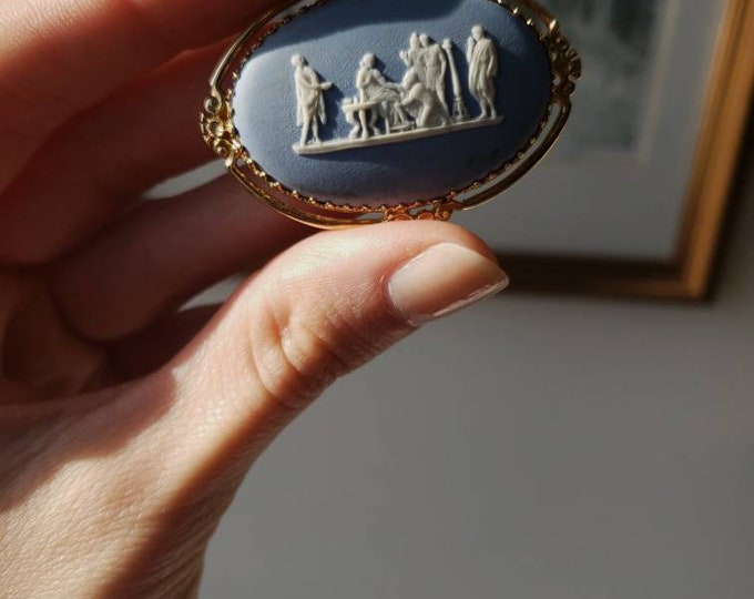 14k Wedgewood East/West Pin with Classic Depiction