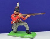 BRITAINS TOY SOLDIERS Deetail 1971 England uk metal plastic miniature vintage vtg mcm British are coming queens guard rifle bayonet kneel