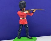 BRITAINS TOY SOLDIERS Deetail 1971 England uk metal plastic miniature vintage vtg mcm British are coming queens guard rifle bayonet fur hat
