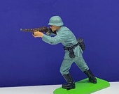 BRITAINS TOY SOLDIERS Deetail 1971 England uk metal plastic miniature vintage vtg mcm German ww2 wwii rifle gun aim shooting squad world war