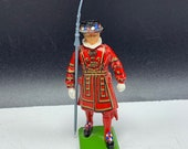 BRITAINS TOY SOLDIERS 1986 England uk metal miniature queen guard vintage vtg infantry red black army trident spear