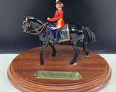 BRITAINS TOY SOLDIERS 1986 England uk metal miniature Her majesty the Queen on horse mount wood base collectors vintage vtg red black