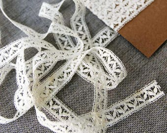 Vintage lace trim, cream leaf pattern lace, 10mm wide lace trim