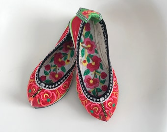 f566ce1684515 Vintage Chinese Wedding Slippers Embroidered Flats Shoes Sz 6 Handmade  Floral Red boho festival