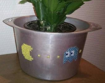 Broderie sur métal - Pot percé et brodé au point de croix - Motif Pacman - Cache-pot - Vide-poche - Jeu vidéo - Geek