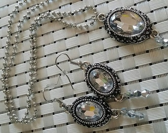 Gourgeous Silver/Crystal pendant Necklace set, with matching Earrings, Great for weddings