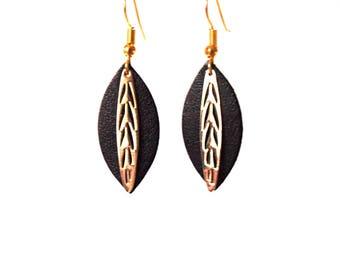 Boucles d'oreilles Fiona - feuille de cuir noir et breloque en laiton doré