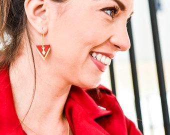 Boucles d'oreilles SACHA en cuir rouge et doré - triangles de cuir et laiton brut
