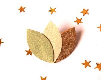 Broche en cuir ALICE forme fleur, feuilles, pétales de cuir vert tilleul, vert pastel irisé et doré