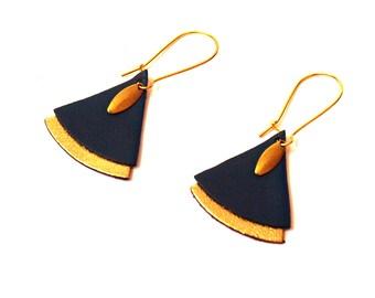 Boucles d'oreilles SAFIYA éventail cuir et laiton doré bleu canard- boucles d'oreilles japonisantes - boucles d'oreilles ethniques ethiques