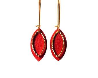 Boucles d'oreilles cuir EMMA - feuille de cuir rouge vif et breloque ciselée en laiton doré