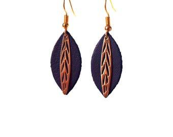 Boucles d'oreilles Fiona - feuille de cuir bleu roi et breloque en laiton doré