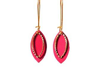 Boucles d'oreilles cuir EMMA - feuille de cuir rose framboise et breloque ciselée en laiton doré