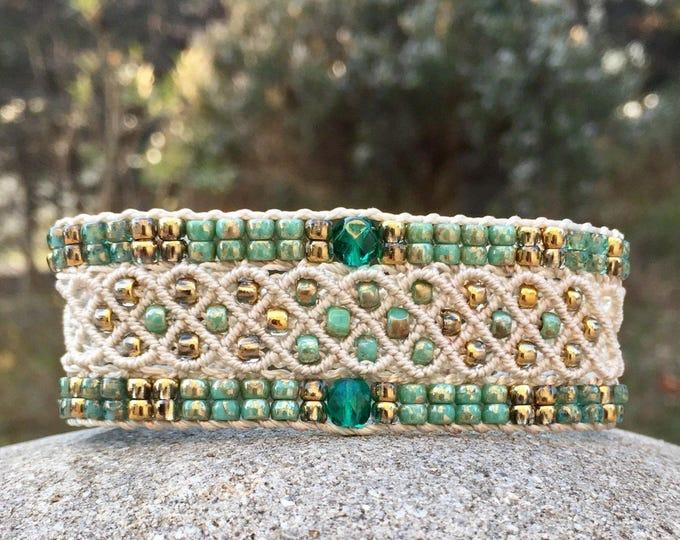 Bracelet Le Niçois : bijou bohème pour femme écru création MIA PROVENCE en micro-macramé, perles vert turquoise et dorées, hippie chic