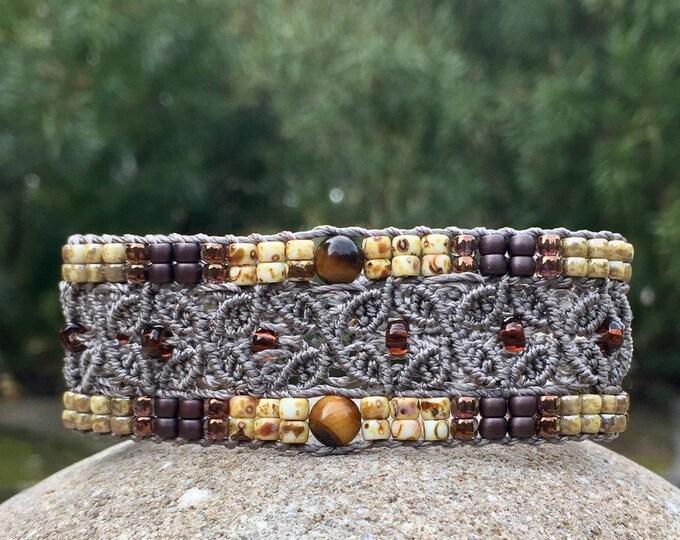 L'Avignonnais : Bracelet bohème pour femme beige en micro-macramé création MIA PROVENCE, boho chic, hippie chic, modèle de créateur