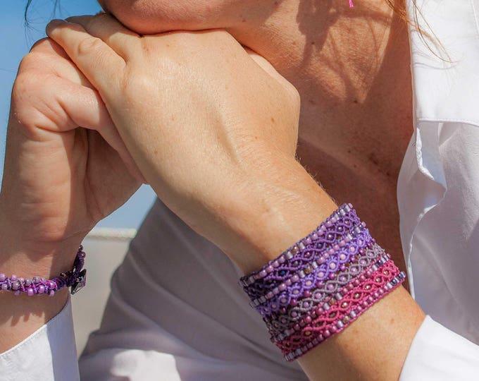 Manchette Le Cannois : bracelet bohème pour femme violet, fushia et mauve en micro-macramé création exclusive MIA PROVENCE, boho chic