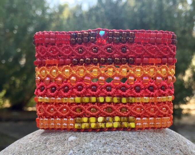 Le Cannois : bracelet manchette pour femme en micro-macramé rouge, orange et jaune création exclusive MIA PROVENCE, bijou bohème de créateur