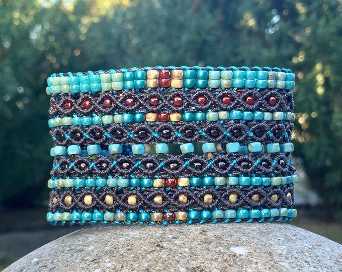Manchette Le Cannois : bracelet bohème pour femme en micro-macramé marron, bleu, turquoise, rouge et brun création exclusive MIA PROVENCE