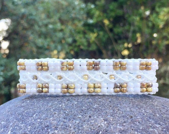 Bracelet L'Aixois : bijou bohème pour femme en micro-macramé blanc et brun création MIA PROVENCE, hippie chic, cool chic, fait main