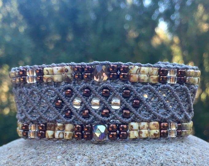 Bracelet Le Niçois : bijou bohème pour femme couleur taupe création MIA PROVENCE en micro-macramé, boho chic, hippie chic, modèle original